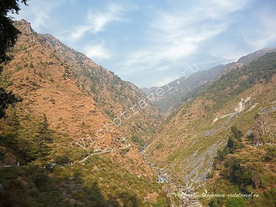 По дороге на водопад из Маклеод ганж в Багсу, Дхарамсала, Индия