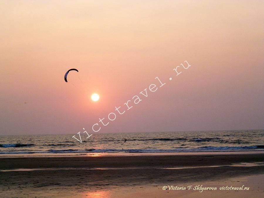 закат на пляже в Арамболь, Гоа, Индия