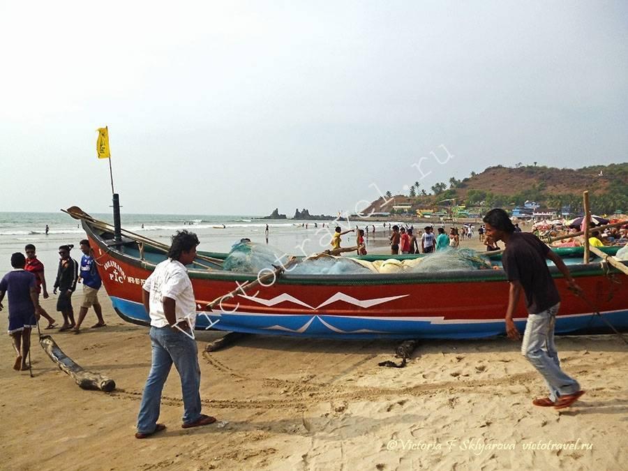 рыбацкая лодка, спуск с пляжа в море, Арамболь, Гоа, Индия
