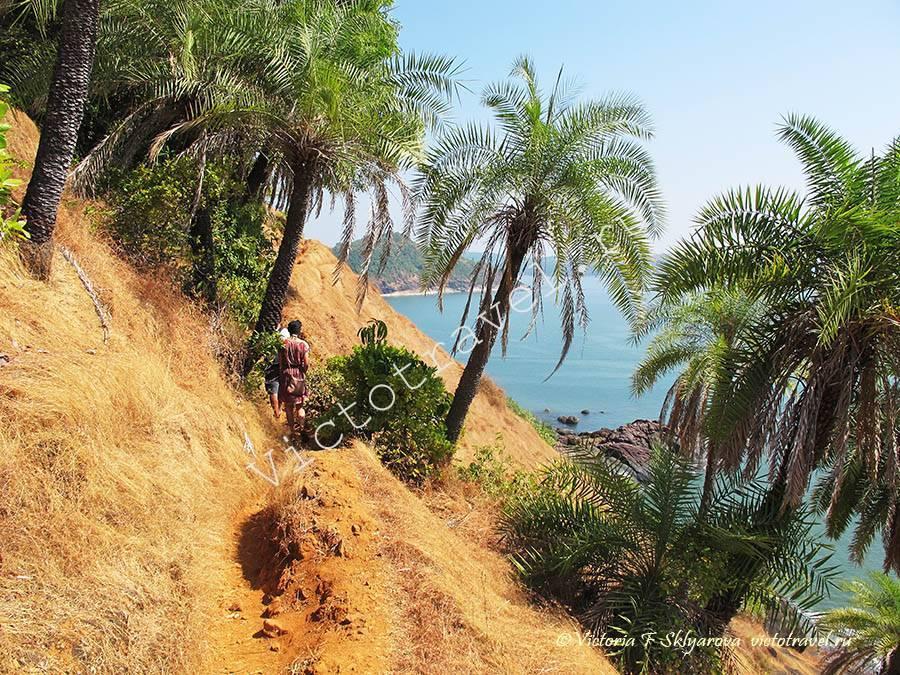 по тропинке с Ом бич, Гокарна, Индия