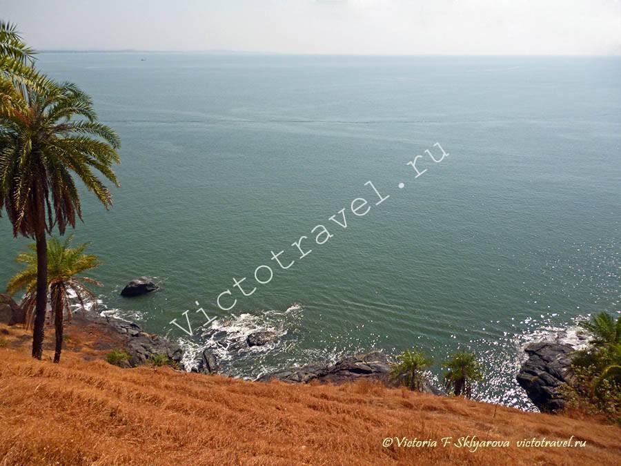 вид на море с холма, Гокарна, Индия
