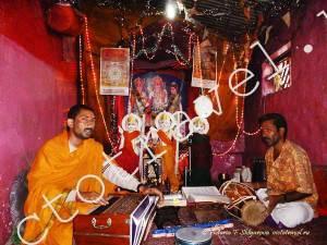 музыканты поют в Храме Ханумана, Хампи, Индия