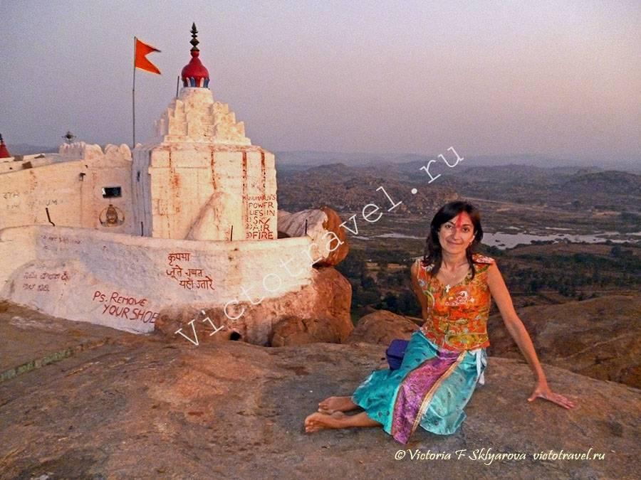 на закате в храме Ханумана, Хампи, Индия