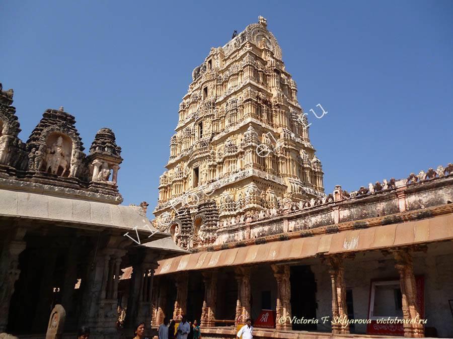 каменные колонны Храма Вирупакши, Хампи, Индия