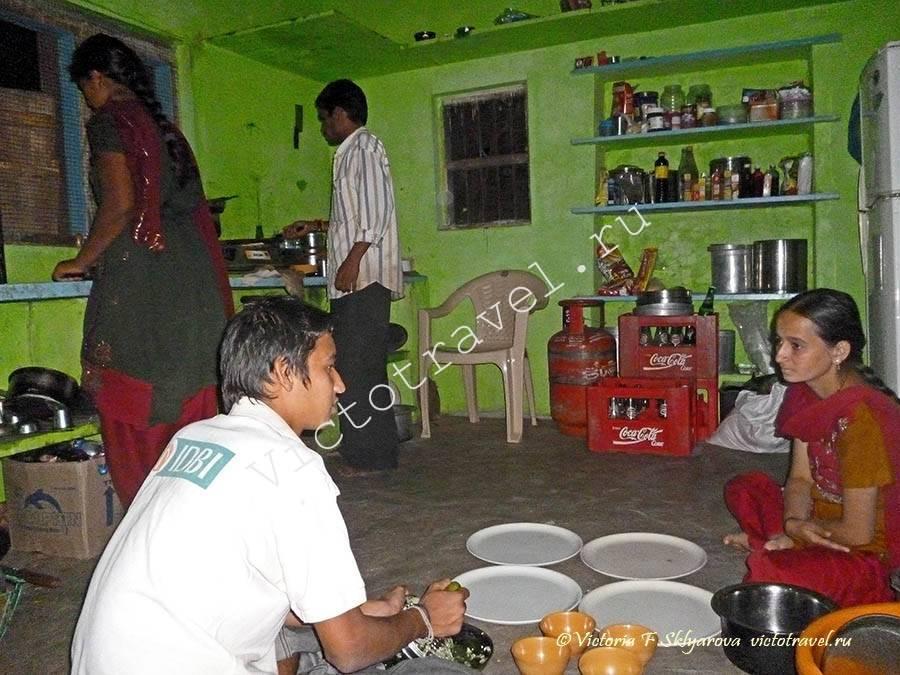 подготовка семейного ужина в Хампи, Индия
