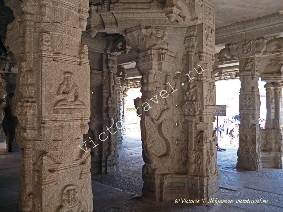 гранитные колонны в храме Вирупакши, Хампи, Индия