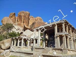 фигура быка Нанди внутри древнего строения в Хампи