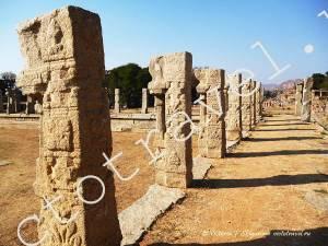 ряд резных колонн из гранита, hampi38
