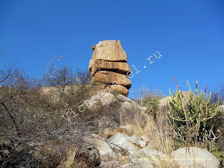 естественная композиция из камней у озера, Хампи, Индия