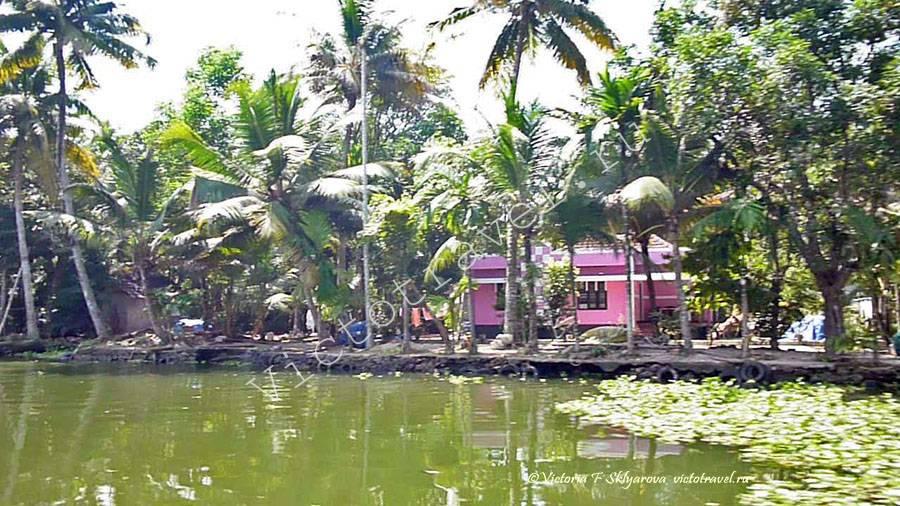 жилые дома вдоль берега реки, Алапуджа, Керала