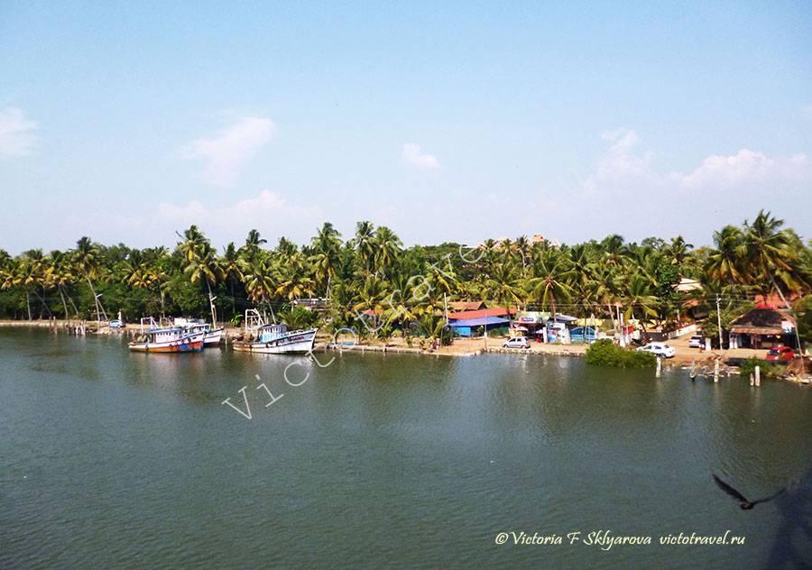 вид с моста на другой берег у ашрама Аммы, Керала, Индия