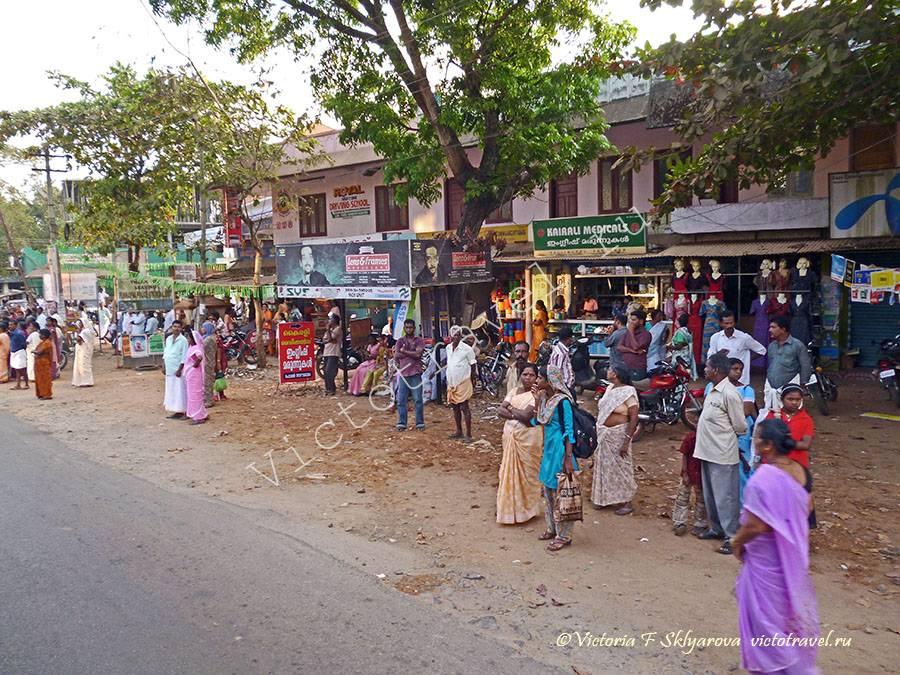 жители Кералы в ожидании фестивальной процессии