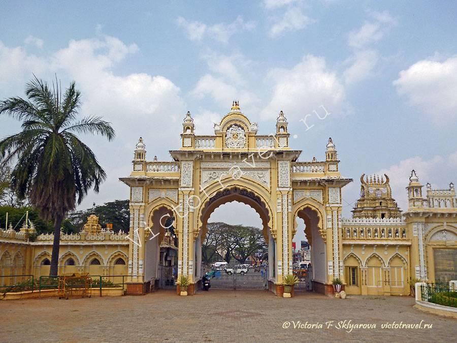 Северные ворота форта дворца Махараджи, Майсор, Индия