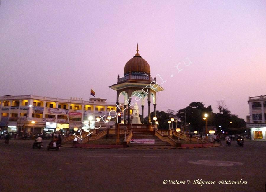 статуя раджи в центре Майсура, Индия