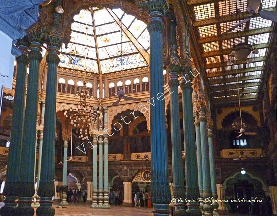 зал с колоннами во Дворце Майсура, Индия