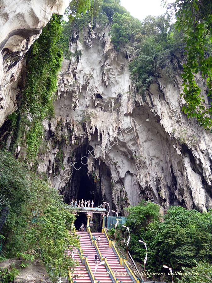 лестница и вход в Пещеру Бату, Куала Лумпур, Малайзия