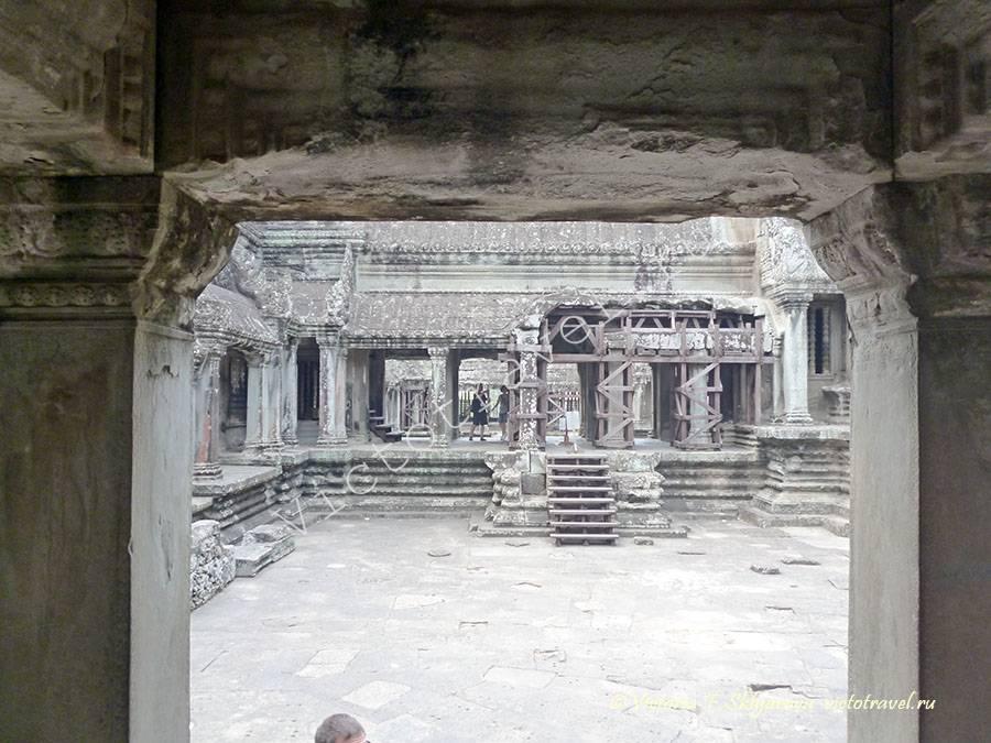 двор в храме Ангкор Ват, Камбоджа