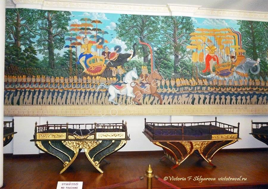 роспись и экспонаты в музее, Пномпень, Камбоджа