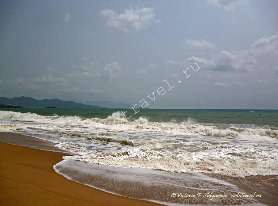 сильные волны на море,. Нячанг, Вьетнам