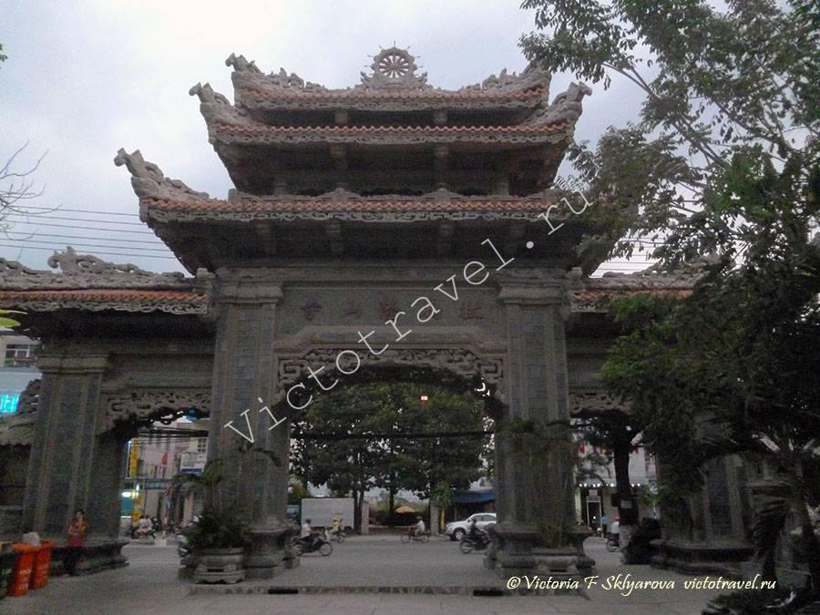 ворота в Пагода Лоншон, НяЧанг, Вьетнам