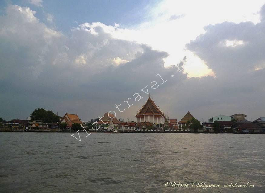 вид на храм и Большой Дворец со стороны реки Чаопрая, Бангкок, Тайланд