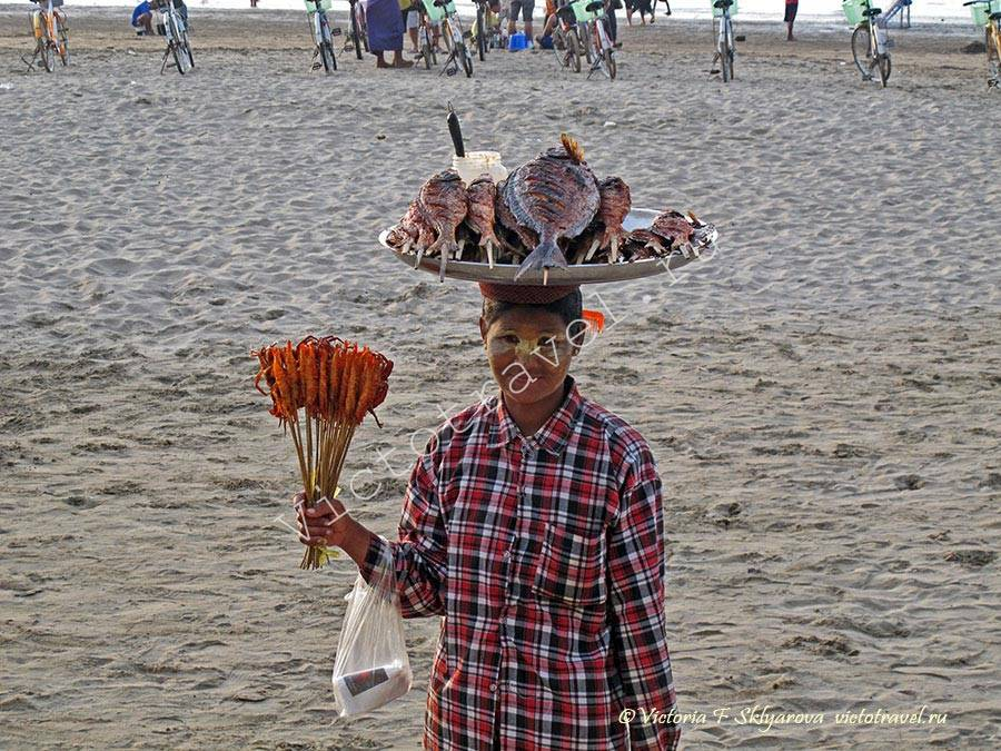 женщина продает рыбу на пляже, Чаунгта, Мьянма