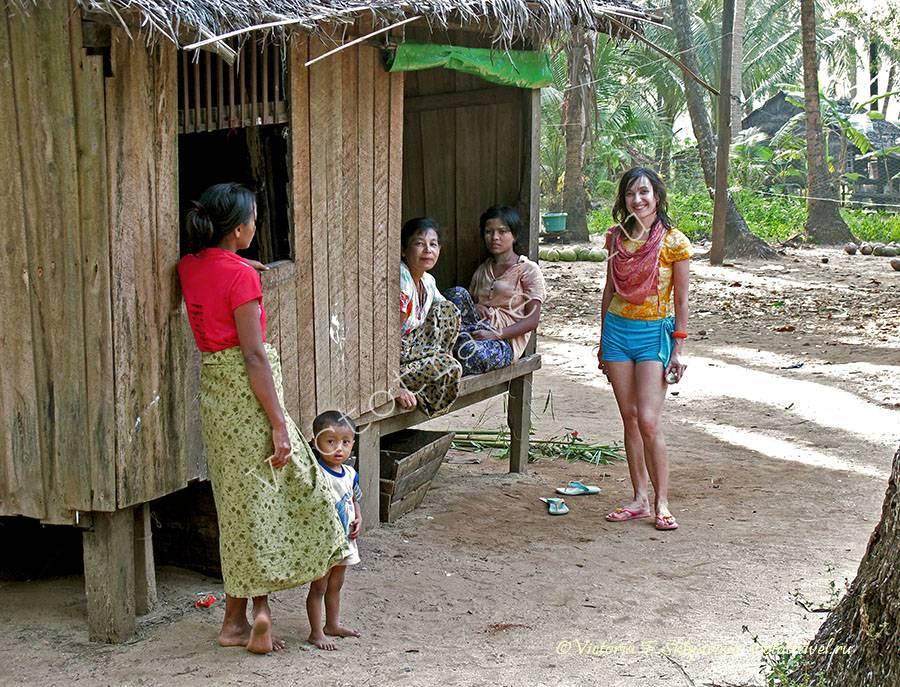 деревенские женщинына острове Покала, Мьянма
