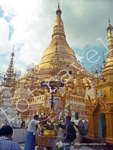 божество в Shwedagon Pagoda, Yangoon. Myanmar