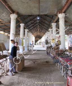 торговый ряд, колонны, рынок в деревня Индейн, озеро Инле, Мьянма