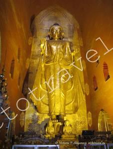 золотая статуя Будды в храме Ананда, Баган, Мьянма