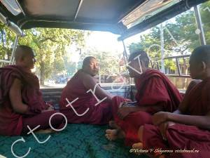 монахи в машине, Баган, Мьянма-Bagan3