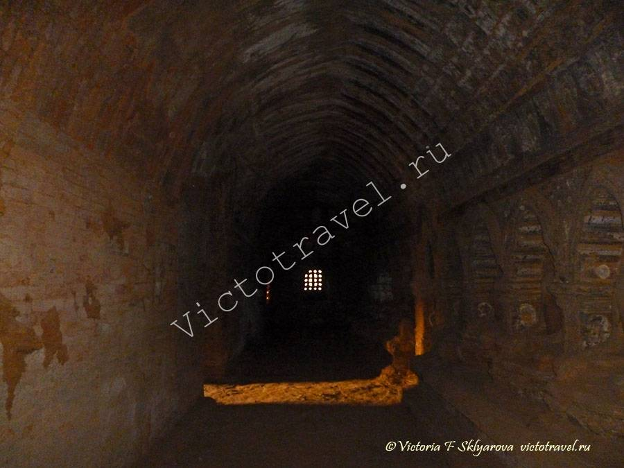 темный коридор древнего храма, Баган, Мьянма