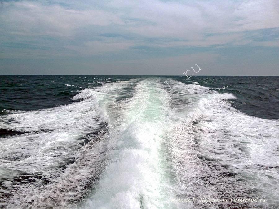 волны от мотора, еду в Думай, на Суматру в Индонезию