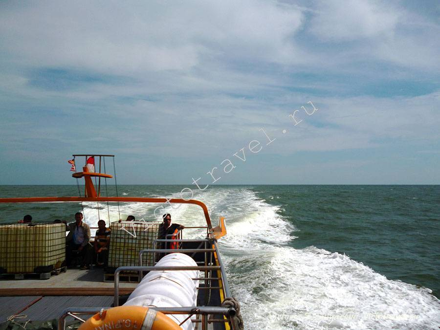 на катере по морю в Думай, на Суматру в Индонезию