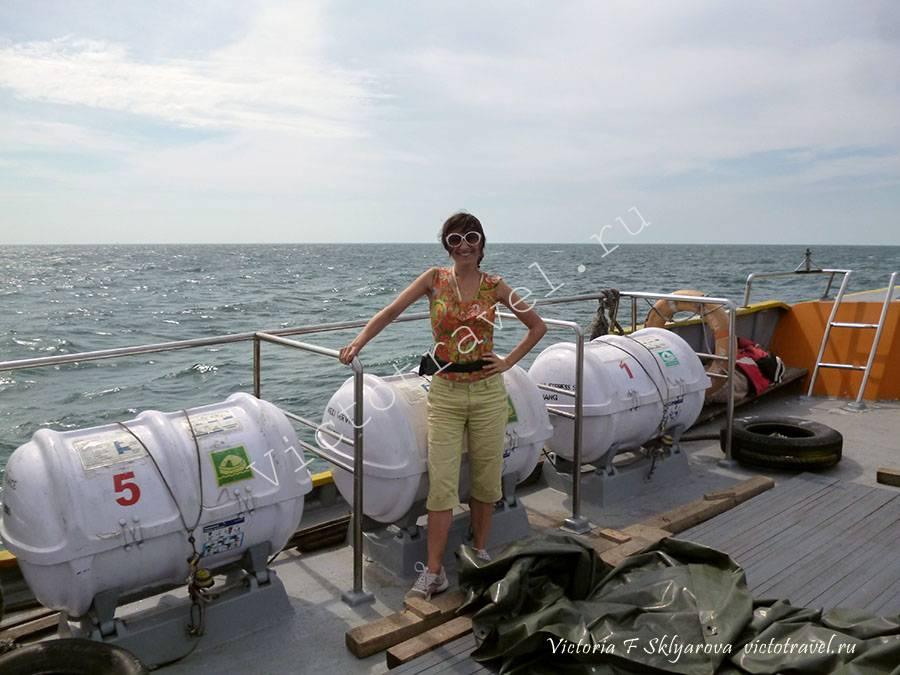 на борту катера Малакка-Думай на Суматру в Индонезию