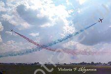самолеты расходятся в небе, фигура пилотажа