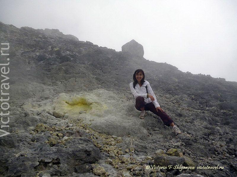 вулкан Сибаяк, сера, камни, гора, путешественница, турист, Берастаги, Суматра, Индонезия