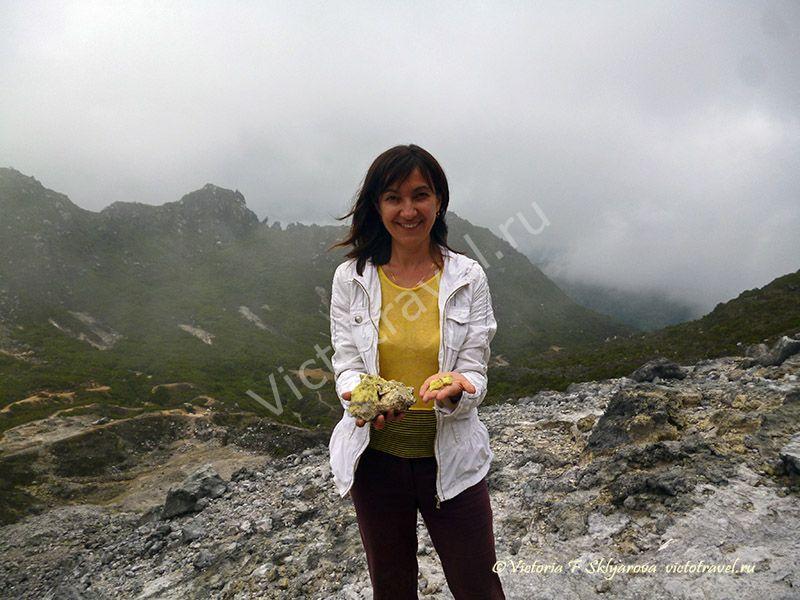 вулкан Сибаяк, я, путешественница, горы, камни, девушка, тучи, облака, сера, улыбка, Берастаги, Суматра, Индонезия