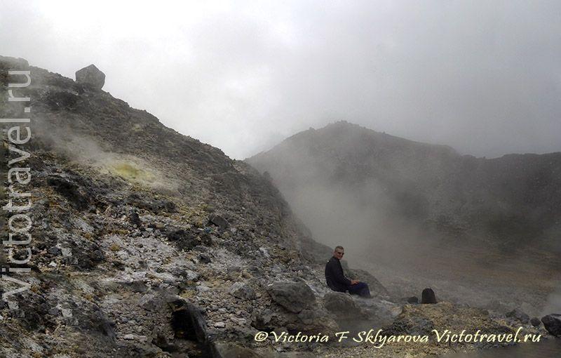 вулкан Сибаяк, камни, пар, газ, человек, горы, тучи, Берастаги, Суматра, Индонезия