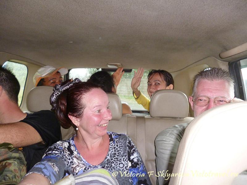 машина, люди, весело едем с вулкана Сибаяк, Берастаги, Индонезия