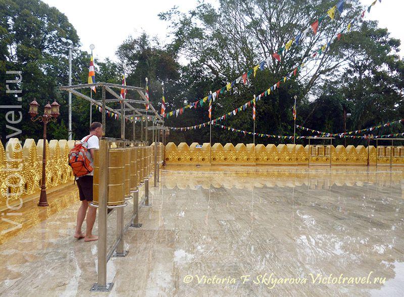 Крутящиеся барабаны в храме, Берастаги, Индонезия