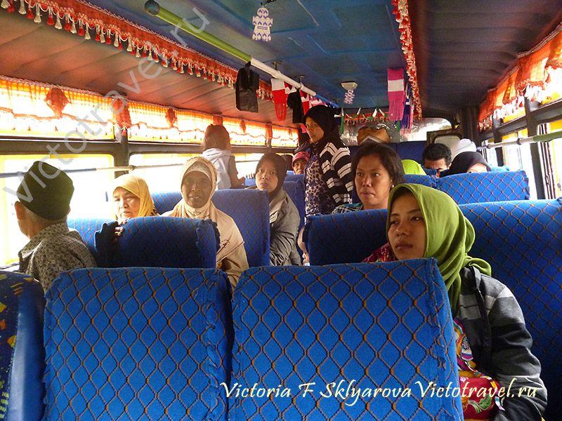 индонезийцы в местном автобусе с озера Манинджау, Суматра, путешествие в Индонезию, sumatra-maninjaui54