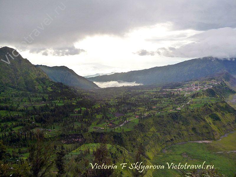 Вид с горы на поселок, природа, тучи, вулкан Бромо, остров Ява, Индонезия