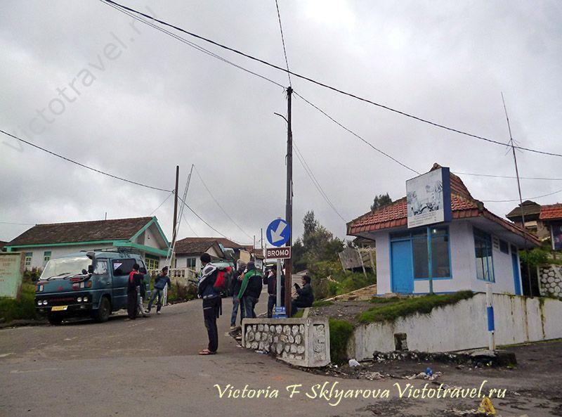 поселок Чеморо Лаванг у вулкана Бромо, Ява, Индонезия самостоятельно