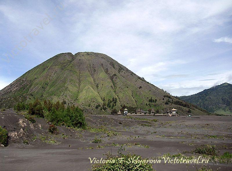 Гора Баток и храм у вулкана Бромо, остров Ява, путешествие по Индонезии