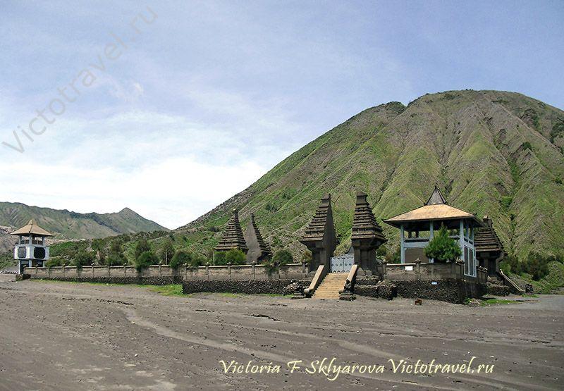 Индуистский храм у вулкана Бромо, Индонезия
