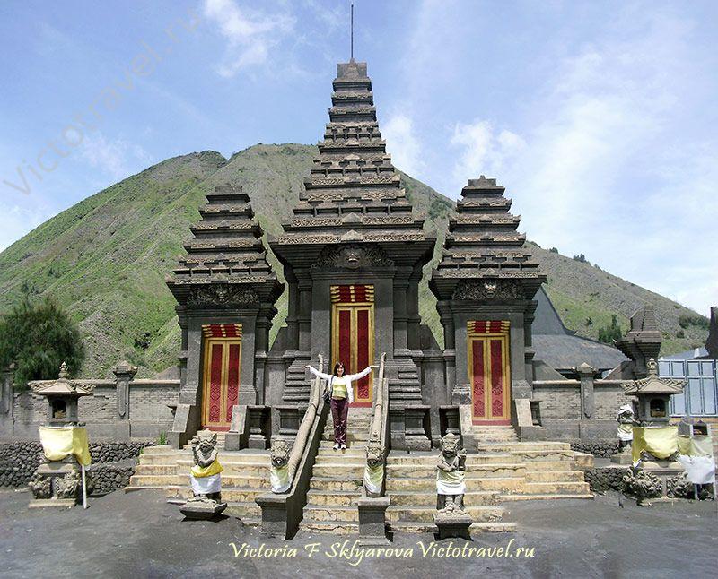Индуистский храм у подножия вулкана Бромо