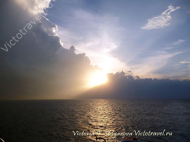 закат на море, паром Бали -Ломбок, путешествие по Индонезии