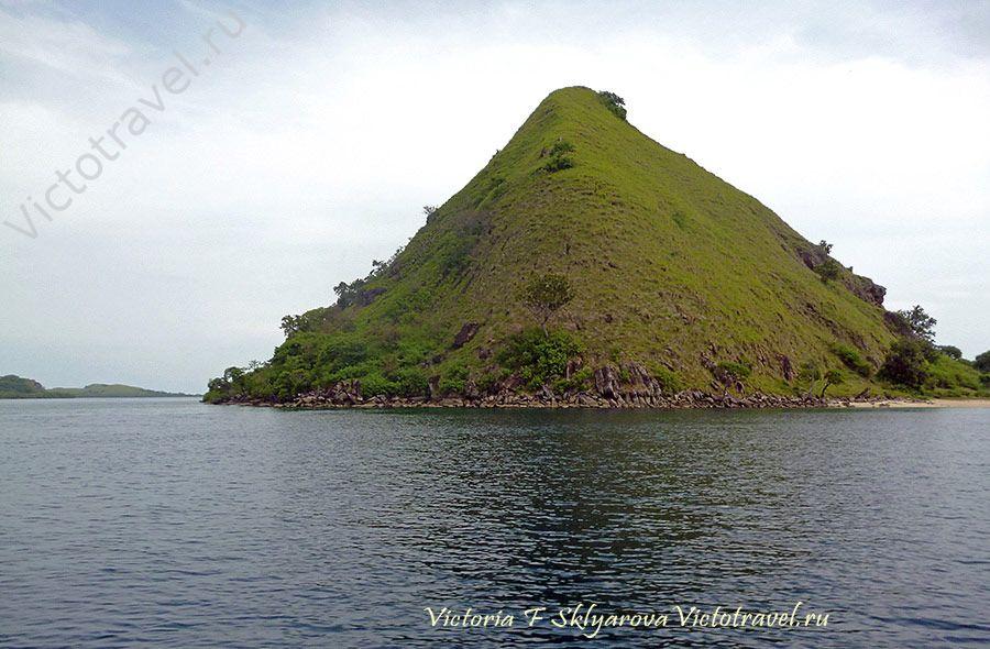 Остров в парке Комодо, Индонезия