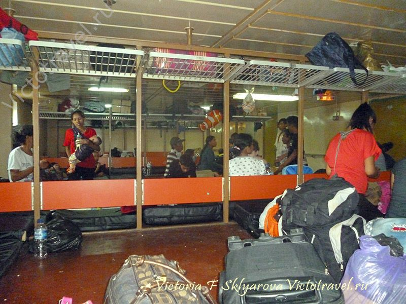 Салон эконом класса, путешествие на корабле по Индонезии.